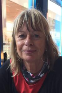 Porträtfoto von Christine Lossmann. Beim Klick auf das Bild öffnet sich ein Infoblock mit weiteren Informationen. Links ist ein Button um den Infoblock wieder zu schließen.