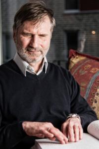 Porträtfoto Dr. Jürgen Trinkus. Beim Klick auf das Bild öffnet sich ein Infoblock mit weiteren Informationen. Links ist ein Button um den Infoblock wieder zu schließen.