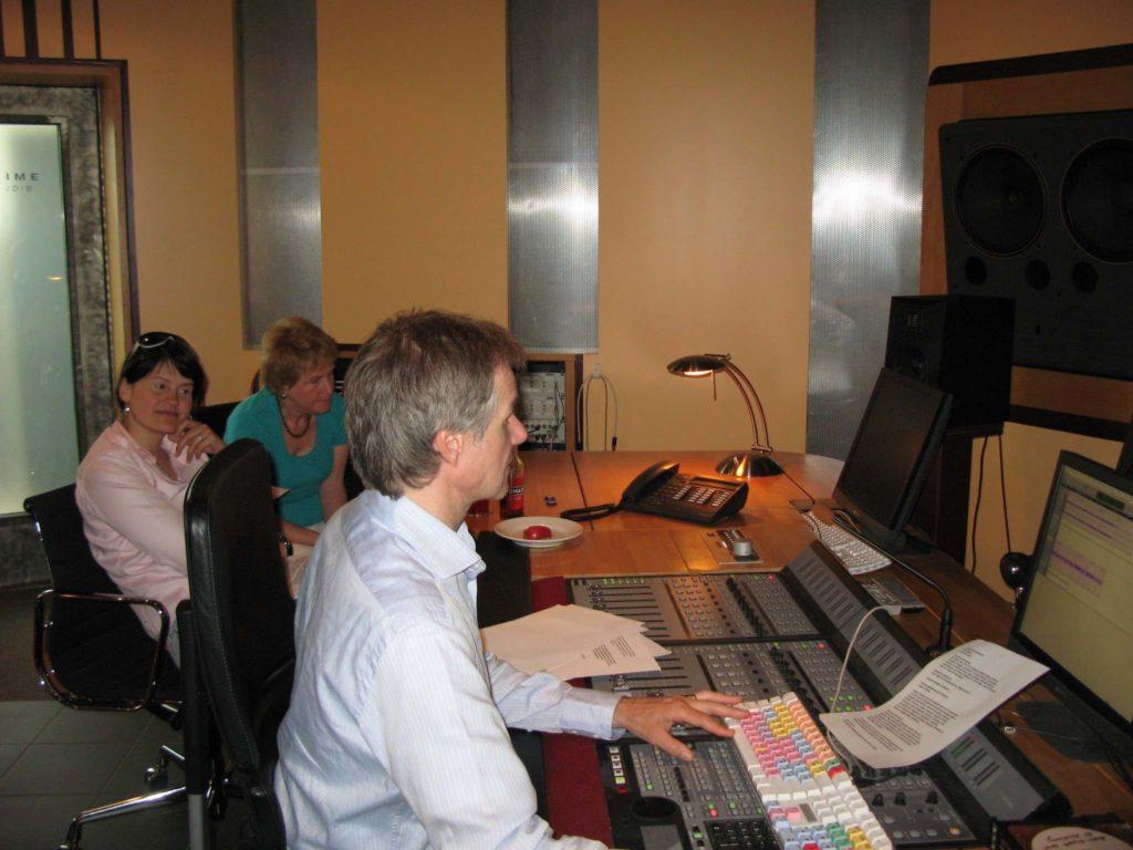 Historische Aufnahme aus dem Tonstudio, wo die Tonspur für die Audiodeskription zur Kuppelshow-Produktion aufgenommen und abgemischt wurde.