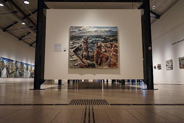 Ein Gemälde von Helgoland, davor zu sehen das Bodenleitsystem der Ausstellung im Reitstall auf Schloss Gottorf, © VG Bild-Kunst, Bonn 2021